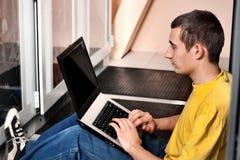 El ingeniero se sienta en datacenter Fotos de archivo libres de regalías