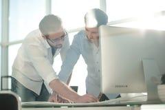 El ingeniero y el arquitecto miran los bosquejos del proyecto Foto de archivo