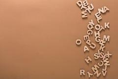 El inglés de madera pone letras al fondo Fotografía de archivo