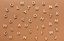 El inglés de madera pone letras al fondo Imagenes de archivo