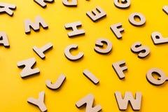 El inglés de madera pone letras al fondo Foto de archivo libre de regalías