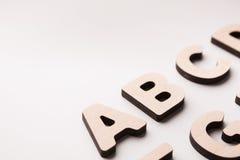 El inglés de madera pone letras al fondo Fotos de archivo libres de regalías