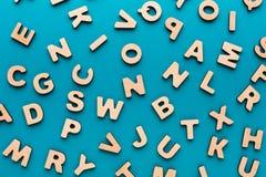 El inglés de madera pone letras al fondo Fotos de archivo