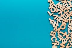 El inglés de madera pone letras al fondo Imágenes de archivo libres de regalías