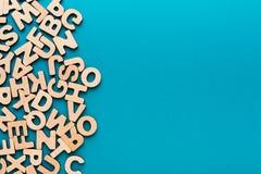El inglés de madera pone letras al fondo Imagen de archivo libre de regalías