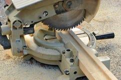 El inglete vio, las herramientas eléctricas de la carpintería Imágenes de archivo libres de regalías