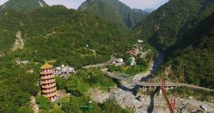 El inIn aéreo Taroko de la torre del tiro del templo de Hsiangte y del feng de Tian Gorge Taiwán metrajes