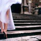 El innocent de la iglesia de la novia cuenta con descalzo las escaleras de las expectativas Fotografía de archivo