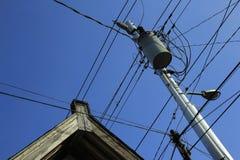El instalation de los cables de transmisión es caótico Imagenes de archivo