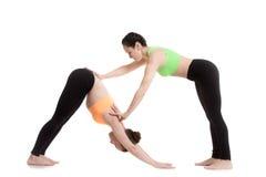 El instructor de la yoga ayuda al estudiante Imagen de archivo libre de regalías