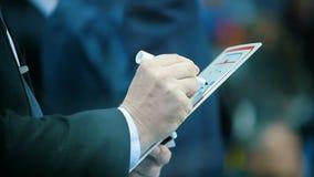 El instructor experto dibuja estrategia del ganador del juego de hockey en tableta almacen de video