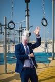El instructor inusual en traje elegante y máscara divertida le acoge con satisfacción foto de archivo