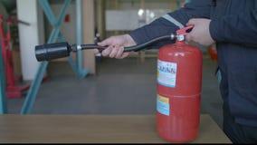 El instructor muestra cómo utilizar el extintor almacen de metraje de vídeo