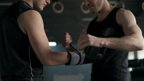 El instructor pone guantes de boxeo en atleta antes de entrenar cámara lenta 4k metrajes