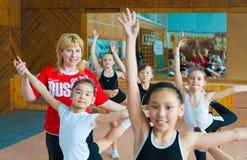 El instructor ruso entrena a gimnastas de las colegialas Fotos de archivo libres de regalías