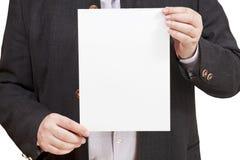 El instructor sostiene la hoja de papel en blanco en manos Fotografía de archivo