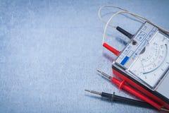 El instrumento de Electriciande la medida en vagos metálicos rasguñados foto de archivo