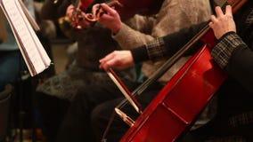 El instrumento musical del violoncelo, mano femenina juega música clásica metrajes