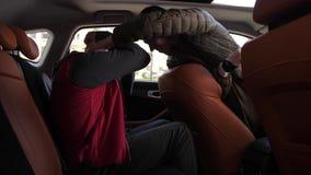 El intentar criminal sofocar el conductor masculino en coche metrajes