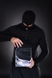 El intentar criminal tener acceso a la urna Imagenes de archivo
