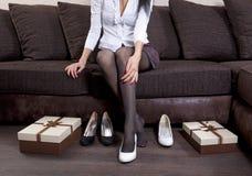 El intentar en los nuevos zapatos Imagen de archivo libre de regalías
