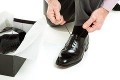 El intentar en los nuevos zapatos Fotos de archivo