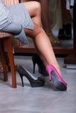 El intentar en nuevos pares de zapatos Fotografía de archivo
