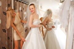 El intentar en un vestido de boda Foto de archivo libre de regalías