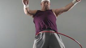 El intentar masculino obeso torcer el aro del hula, sueños del cuerpo sano y apto, weightloss metrajes