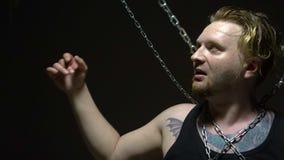 El intentar prisionero rubio romper las cadenas almacen de metraje de vídeo