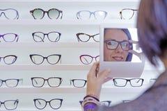 El intentar sobre los vidrios con un pequeño espejo imágenes de archivo libres de regalías
