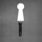 El intentar subir en la puerta dominante de la forma en la pared fotografía de archivo libre de regalías