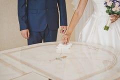 El intercambio de anillos de bodas Fotos de archivo libres de regalías