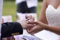 El intercambio de anillos de bodas Imágenes de archivo libres de regalías