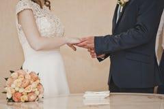 El intercambio de los anillos de bodas 6669 Imagenes de archivo