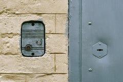 El intercomunicador montó en la pared de ladrillo de un edificio residencial viejo de Moscú cerca de una puerta de entrada imagen de archivo libre de regalías