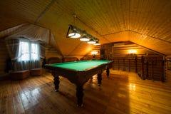El interior acogedor de una casa de campo Imágenes de archivo libres de regalías