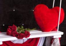 El interior adornado para el día del ` s de la tarjeta del día de San Valentín con el paño y el blanco balancean Imagenes de archivo
