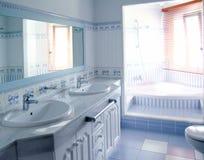 El interior azul clásico del cuarto de baño embaldosa la decoración Foto de archivo