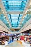 El interior con franquicia del área de compras de Dubai Foto de archivo libre de regalías