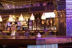 El interior con las luces lámparas de un café o de un restaurante moderno para la cena romántica fotos de archivo