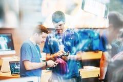 El interior de Apple Store reflejó con los clientes que esperaban en la línea ou Imágenes de archivo libres de regalías
