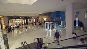 El interior de la alameda de Dubai es el vídeo más grande de la cantidad de la acción del centro comercial del ` s del mundo almacen de metraje de vídeo