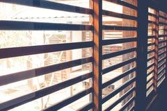 El interior de la arquitectura de las persianas de ventana de madera dentro del Kawagoe se escuda Imagen de archivo