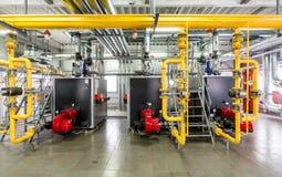 El interior de la caldera de gas, con tres calderas. Fotografía de archivo libre de regalías