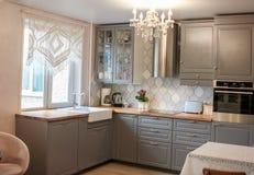 El interior de la cocina en gris colorea las sillas del refrigerador de la estufa, clase foto de archivo libre de regalías