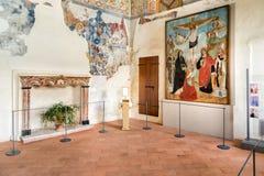 El interior de la ermita de Santa Caterina del Sasso, es cara de la roca que sobresale por directamente el lago Maggiore Imagen de archivo libre de regalías
