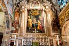 El interior de la ermita de Santa Caterina del Sasso, es cara de la roca que sobresale por directamente el lago Maggiore Fotografía de archivo