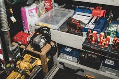El interior de la furgoneta del rescate del borde de la carretera por el AA en el Reino Unido fotografía de archivo libre de regalías