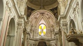 El interior de la iglesia católica de la ciudad de Catania Sicilia, Italia meridional metrajes